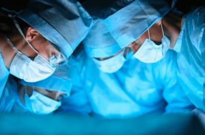 kulak ameliyatlarinda kesi dikis ve uzun iyilesme donemi tarihe karisiyor
